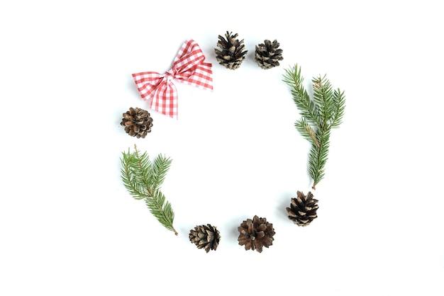 クリスマスのおもちゃ、コーン、白い表面に分離されたモミの枝のクリスマス組成物。フラット横たわっていた、トップビュー、コピースペース