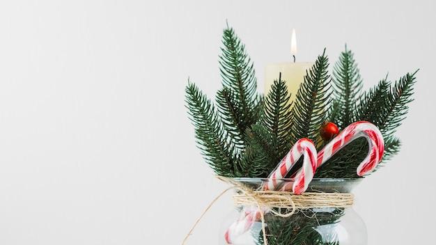 Рождественский состав еловой ветки и свечи