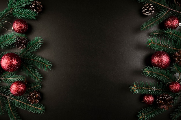 Рождественский состав зеленых ветвей елки с красными блеснами