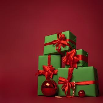 緑のギフトボックスのクリスマスの構成