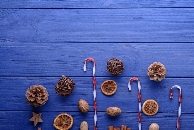 Новогодняя композиция из натурального декора на синей деревянной поверхности