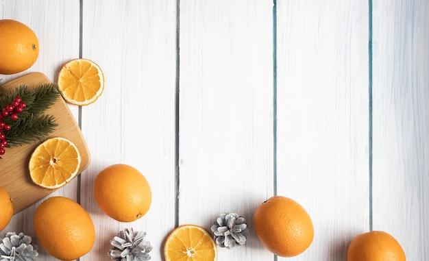 Новогодняя композиция из апельсиновых шишек место для теста