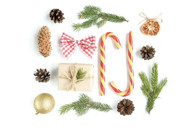 소나무 콘, 전나무 가지, 크리스마스 스틱, 선물 상자 크리스마스 구성. 평면도, 평면 위치