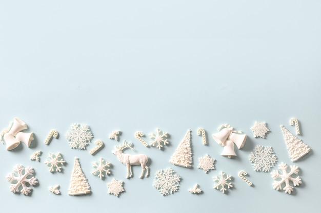 白い休日のおもちゃの装飾のクリスマスの構成。