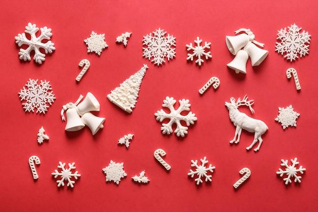 白いおもちゃの装飾のクリスマスの構成