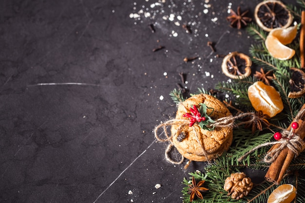 黒の背景にクリスマス組成