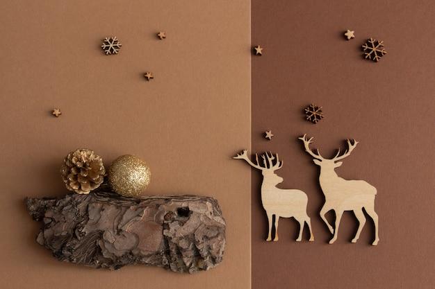 Новогодняя композиция на коричнево-бежевом фоне деревянные фигурки оленей из снежинок copy space