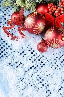 Рождественская композиция на снегу крупным планом