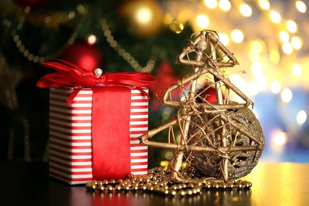 테이블에 크리스마스 구성