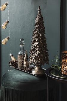 リビングルームの緑のビロードのプーフのクリスマスの構成美しい装飾クリスマスツリーc