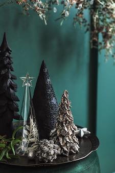 거실에 있는 녹색 벨벳 파우치에 크리스마스 구성이 있습니다. 아름다운 장식. 크리스마스 트리, 양초, 별, 조명 및 우아한 액세서리. 메리 크리스마스와 해피 홀리데이, 템플릿입니다.