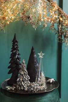 リビング ルームの緑のベルベットのなよなよした男のクリスマス構成。美しい装飾。クリスマス ツリー、キャンドル、星、ライト、エレガントなアクセサリー。
