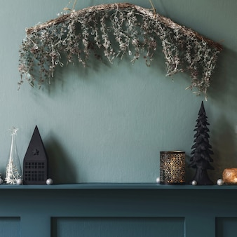居間の内部の棚の上のクリスマスの構成。美しい装飾。クリスマスツリー、キャンドル、星、軽くてエレガントなアクセサリー。メリークリスマスとハッピーホリデー、テンプレート。