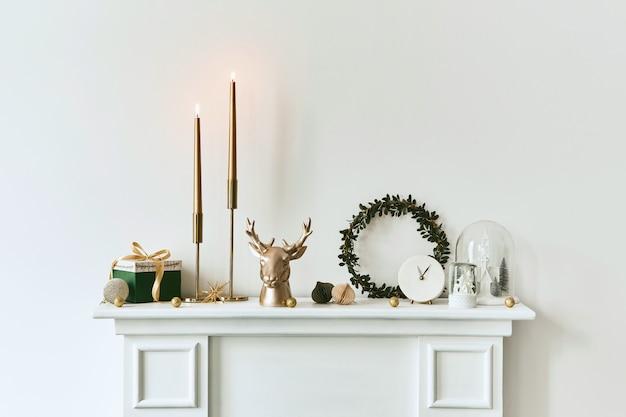 リビングルームのインテリアの棚の上のクリスマスの構成美しい装飾クリスマスツリー