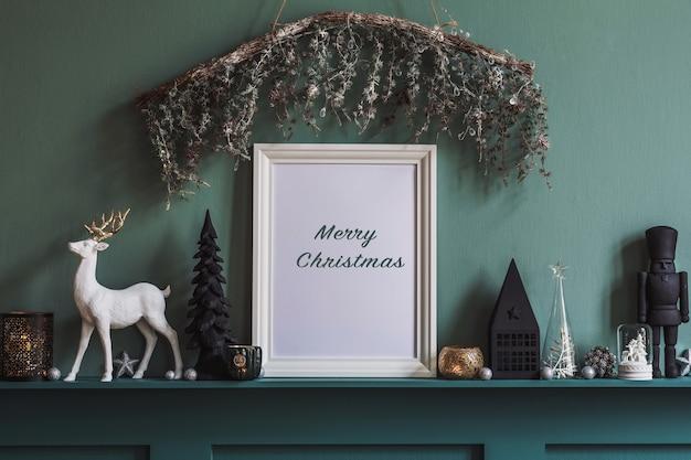 Новогодняя композиция на полке в интерьере гостиной с красивым декором и рамкой для постера mock up. елки, олени, свечи, звезды, легкие и нарядные аксессуары. шаблон.