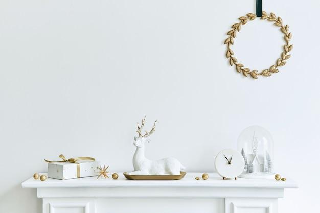 美しい装飾が施されたリビングルームのインテリアの白い煙突のクリスマスの構成。クリスマスツリーと花輪、キャンドル、星、光。スペースをコピーします。レンプレート。