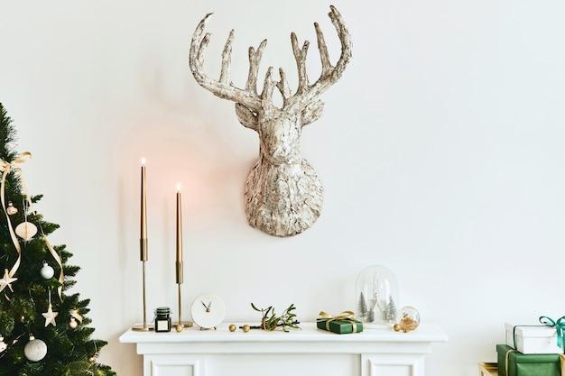 美しい装飾が施されたリビングルームのインテリアの白い煙突のクリスマスの構成