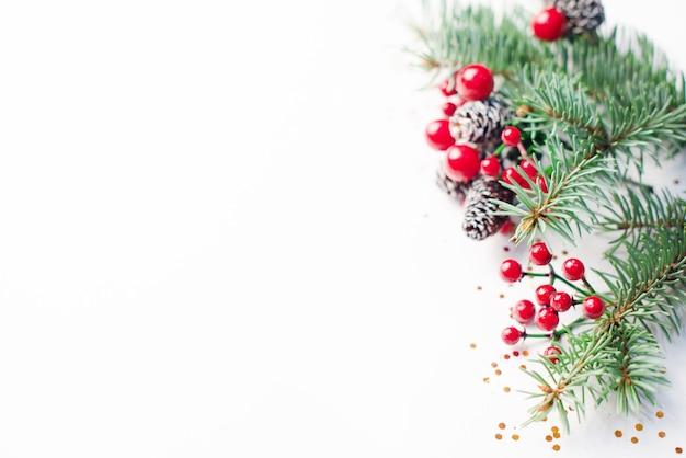 白い背景の上のクリスマスの構成。フラットレイ、上面図、コピースペース