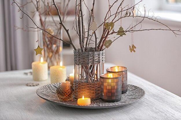 흰색 나무 테이블에 크리스마스 구성