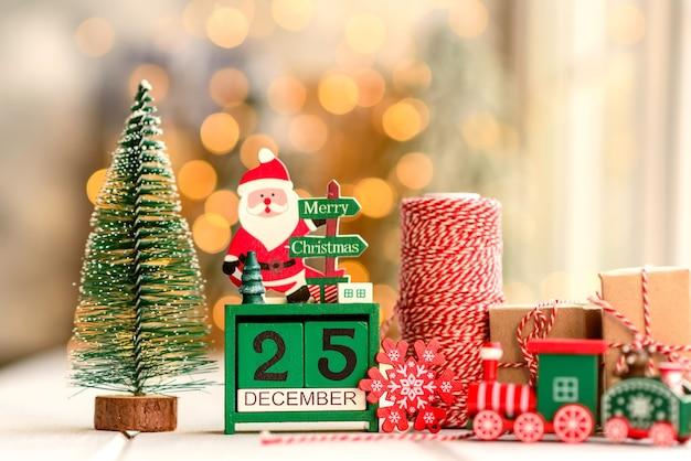 크리스마스 구성입니다. 크리스마스 트리를 장식하는 데 사용되는 빨강 및 녹색 장식 요소