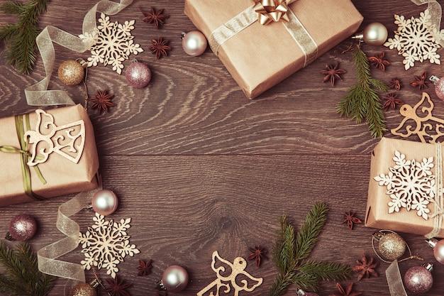 크리스마스 구성입니다. 가문비나무 가지, 크리스마스 트리, 흰색 바탕에 리본이 달린 크리스마스 분홍색 장식 휴일 공.