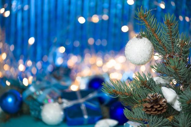 クリスマスコンポジションホワイトスプルースの枝にクリスマスボール。