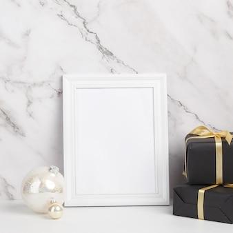 크리스마스 구성. 화이트 액자 크리스마스 장식 및 선물 대리석 배경