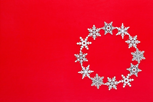 Новогодняя композиция. украшение венка из белых снежинок