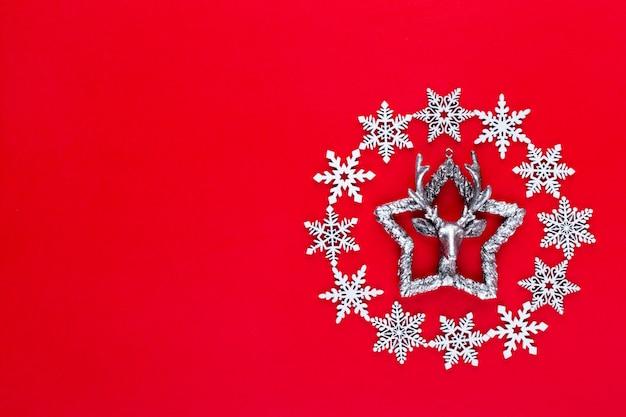 크리스마스 구성. 붉은 바탕에 하얀 눈 조각 화 환 장식. 크리스마스, 겨울, 새 해 개념. 평면 평신도, 평면도, 사본.
