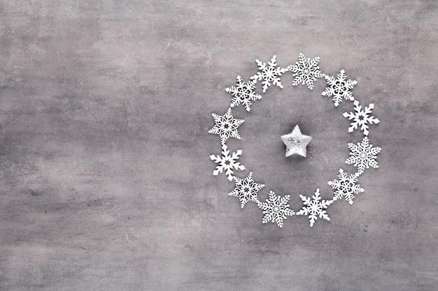 Новогодняя композиция. белые снежинки венок украшения