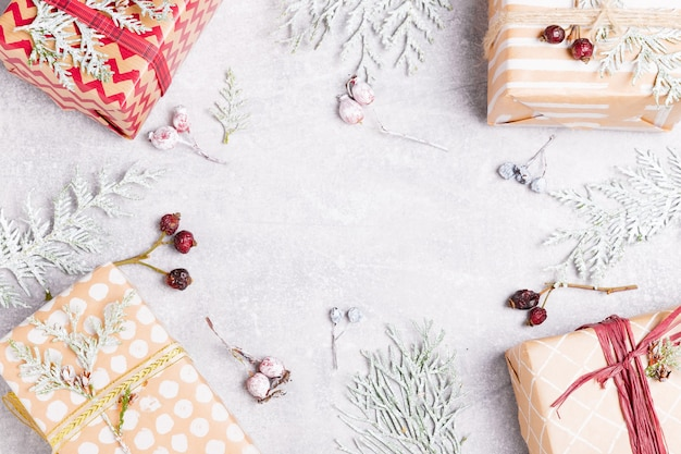 크리스마스 선물, thuja 가지와 로즈힙 열매가 있는 크리스마스 구성. 평면도, 평면도, 복사 공간. 스칸디나비아 스타일