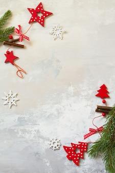 クリスマスの構成冬の新年のコンセプトトウヒと赤い装飾の枝