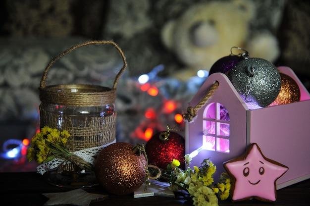 Новогодняя композиция со свечой и елочными игрушками
