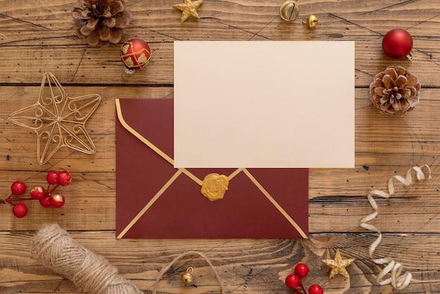カードと木製のテーブルの上の封筒とクリスマスの作曲