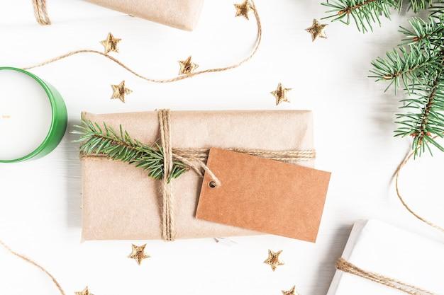 Новогодняя композиция с подарком, на которой есть бирка для копии места, лежащей на столе