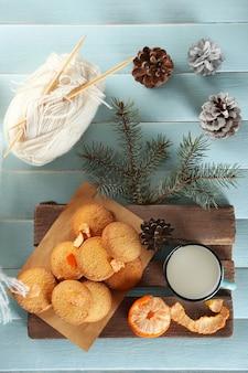 青いテーブルにスカーフ、クッキー、装飾が施されたクリスマスの作曲