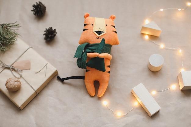 새로운 선물 전나무 나뭇가지와 장식 크리스의 호랑이 장난감 상징이 있는 크리스마스 구성...