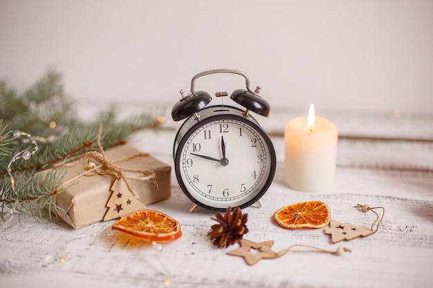 Новогодняя композиция с будильником