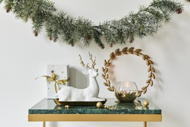Новогодняя композиция с красивым декором, елкой и венком, оленями, подарками и аксессуарами в современном домашнем декоре. шаблон.
