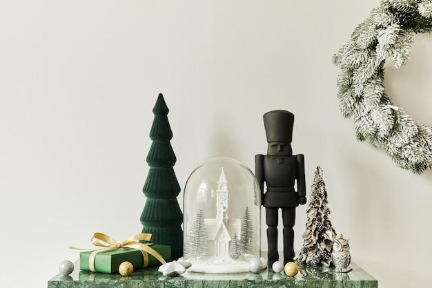 현대적인 가정 장식으로 아름다운 장식, 크리스마스 트리, 화환, 사슴, 선물 및 액세서리로 구성된 크리스마스 구성입니다. 주형.
