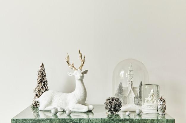 美しい装飾、クリスマスツリーと花輪、鹿、ギフト、モダンな家の装飾のアクセサリーを備えたクリスマスの構成。レンプレート。