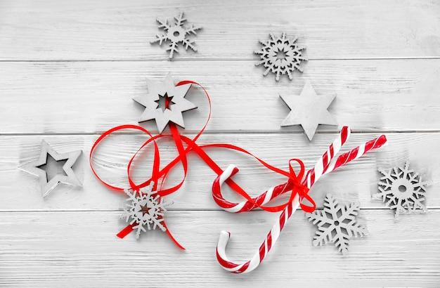 Новогодняя композиция с леденцами и украшениями