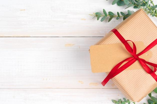 Новогодняя композиция с рождественским подарком на деревянном фоне