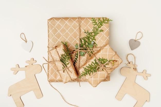 크리스마스 선물 평면도가 있는 크리스마스 구성 평면 복사 공간
