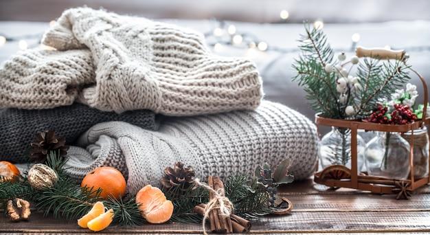 크리스마스 트리 분기, 과일 및 소나무 콘과 함께 크리스마스 구성