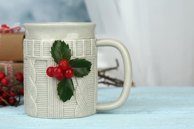 나무 테이블에 뜨거운 음료 한잔과 함께 크리스마스 구성