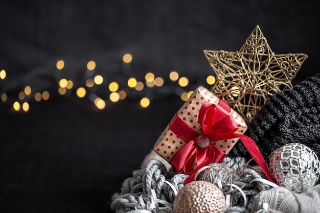 Рождественская композиция с деталями декора на размытом темном фоне крупным планом.
