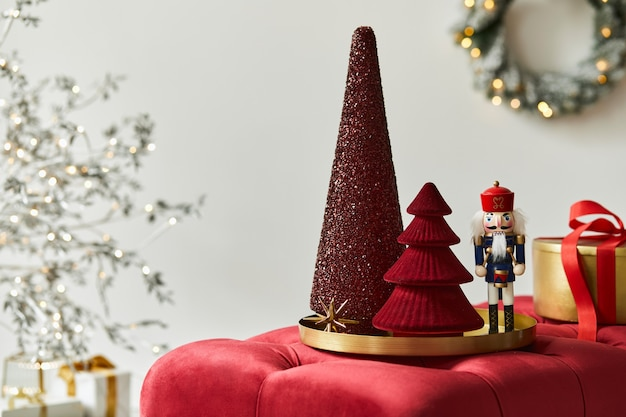 Новогодняя композиция с украшениями, елкой, подарками и аксессуарами в уютном домашнем декоре. скопируйте пространство. белый и красный. шаблон.