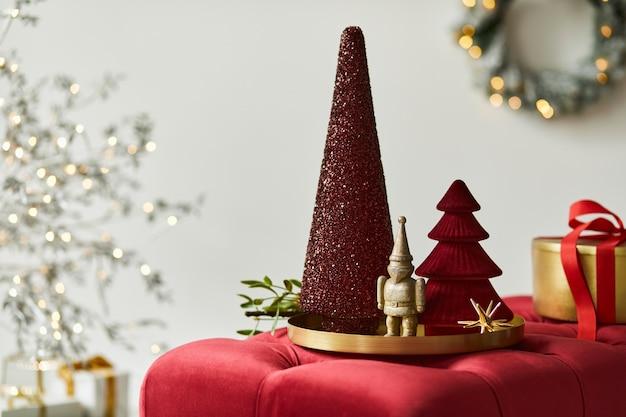 居心地の良い家の装飾の装飾、クリスマスツリー、ギフトやアクセサリーとクリスマスの構成。スペースをコピーします。白と赤。レンプレート。
