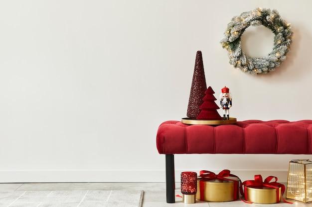 Новогодняя композиция с украшениями, елкой, подарками, снегом и аксессуарами в уютном домашнем декоре. скопируйте пространство. белый и красный. шаблон.